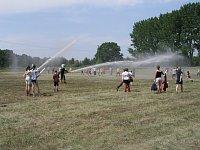 Wielką atrakcję stanowiła spontaniczna kąpiel pod strażackimi sikawkami
